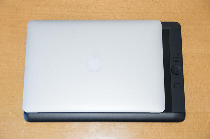MacBook Airと重ねて比較。HD比率のためけっこう横長