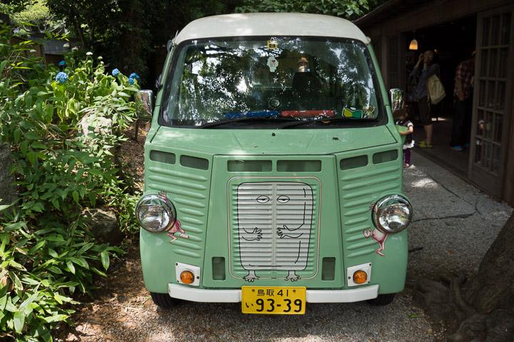 鬼太郎茶屋の車。ヘッドライトが目玉のおやじ