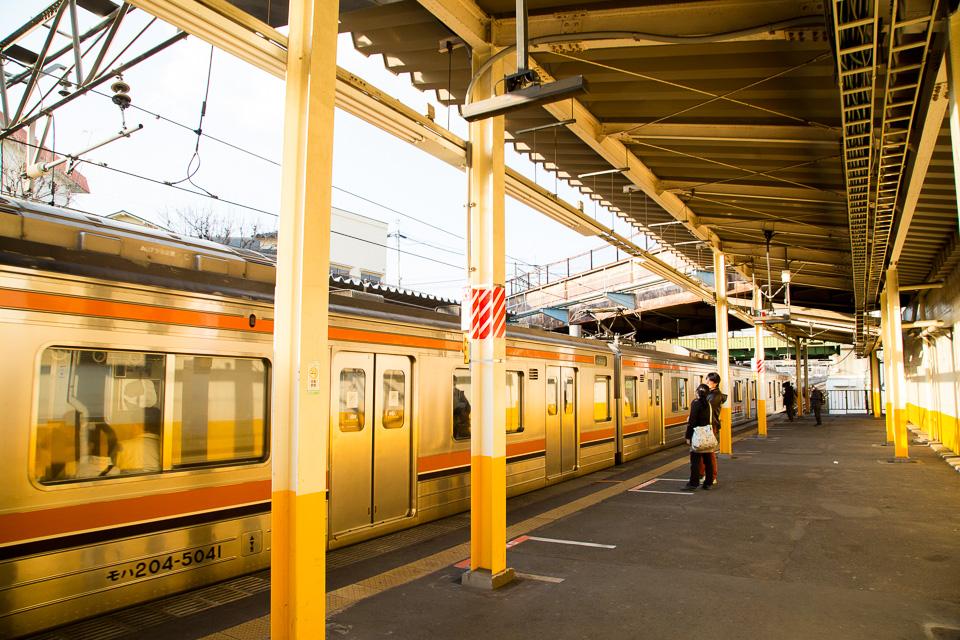 夕陽に染まる新秋津駅のホーム