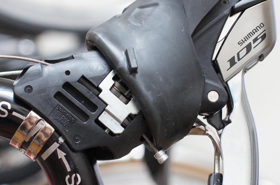 ST-5700のシフトケーブルは、ブラケットの下側から通す