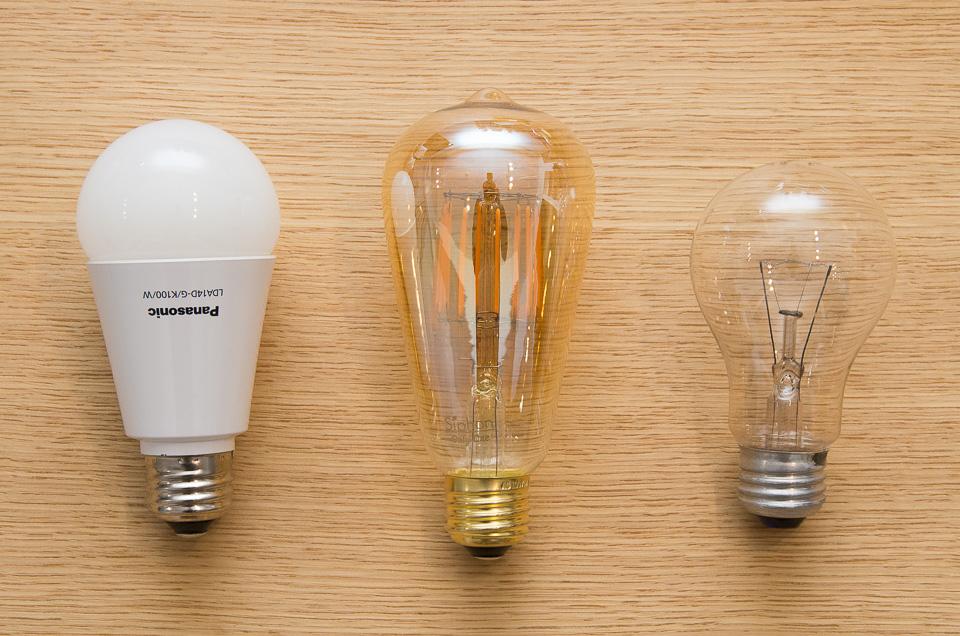 他の電球と比較。左がよくあるタイプのLED電球(100W相当)、サイフォン エジソン、白熱電球(60W)