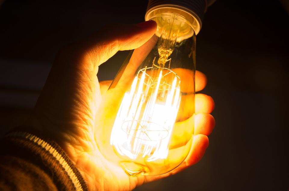 普通の白熱電球と違って、手で触れてもさほど熱くないので安全