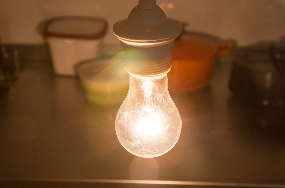 60Wの白熱電球。エジソンより白っぽい