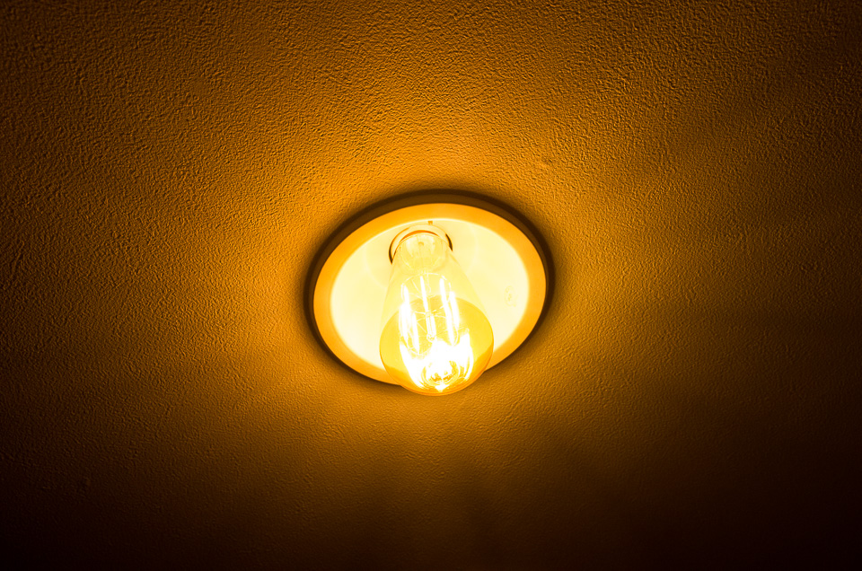 ダウンライトにつけてみた。LEDフィラメントの作る光芒がいい感じ