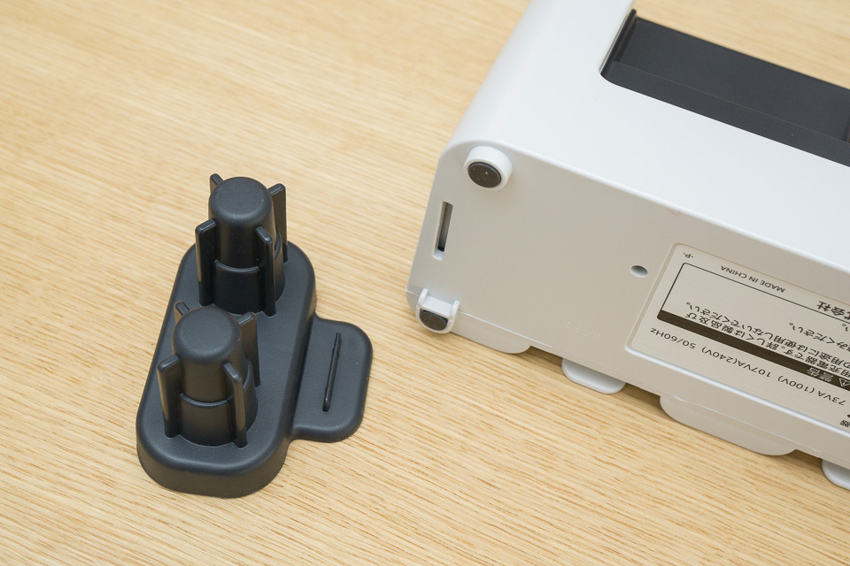 ノズル立て。カチっとハマるのかと思いきや、凹凸を合わせて充電器を上から載せるだけ