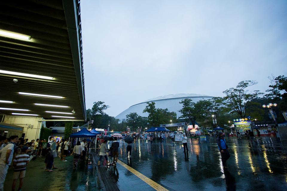 雨の西武球場前駅に到着