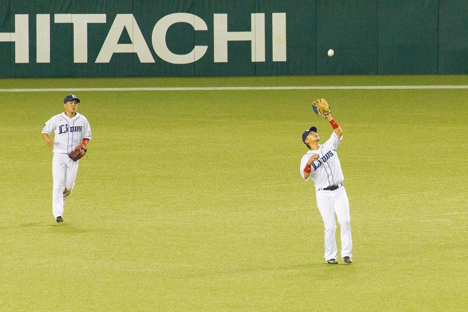 フライを捕球する浅村