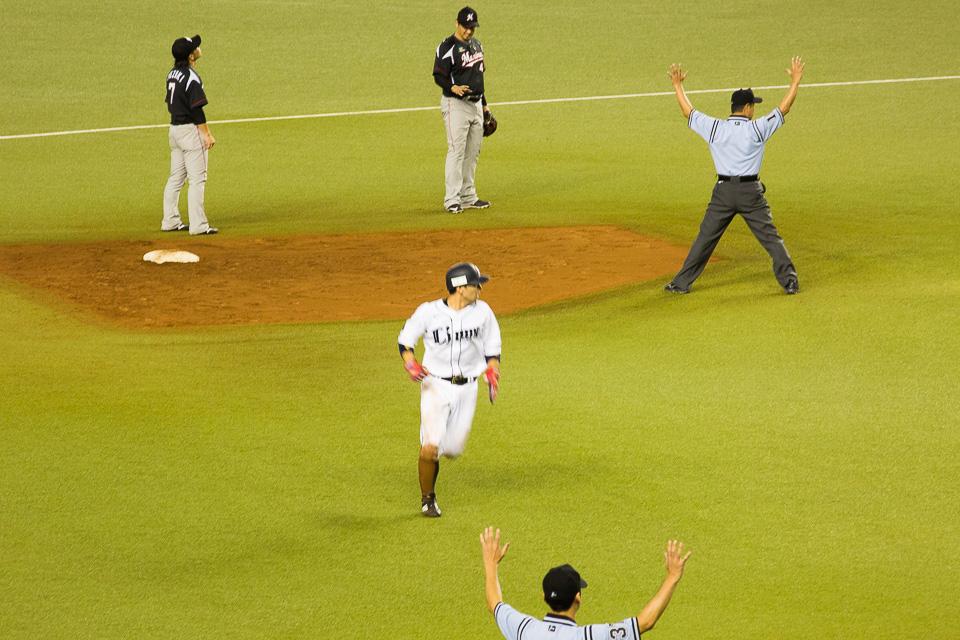 炭谷レフト前タイムリーの後、外崎が二塁野選、鈴木が一塁へ暴投する間に三塁へ。さらにボールデッドによるテイクワンベースで帰塁し1点追加