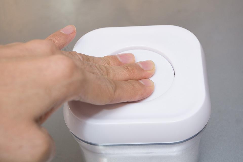 フタの取り外しはカンタン。真ん中のボタンをポチっとする
