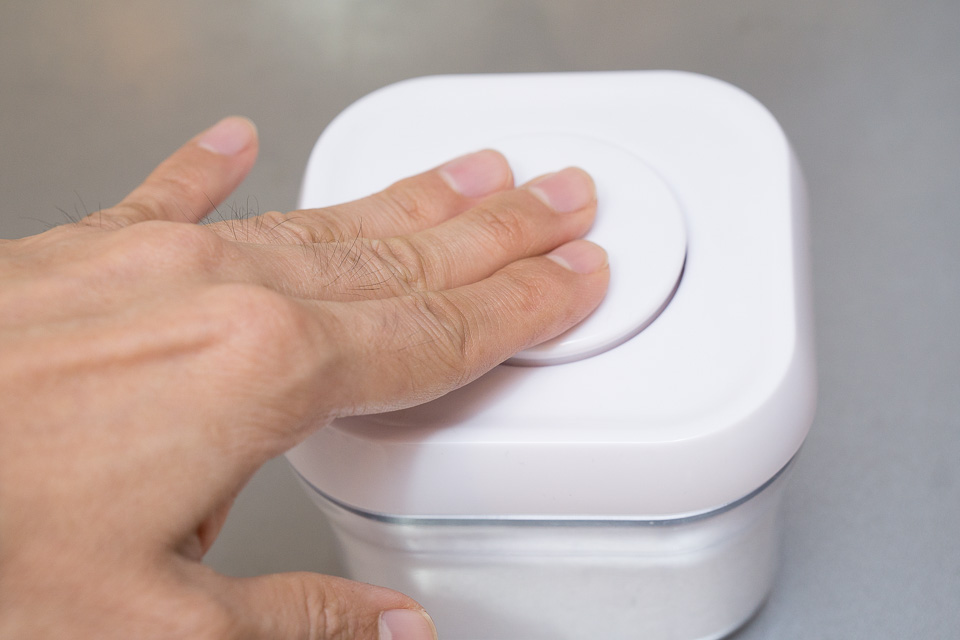 閉める時もフタを容器に合わせてからボタンを押すだけ