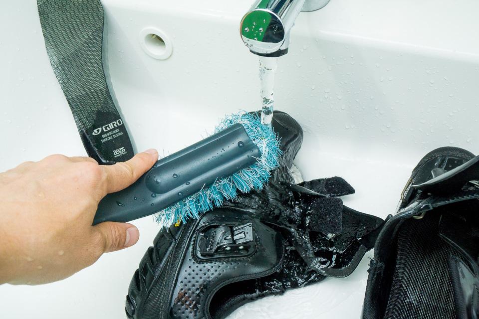 容赦なく水をかけながらゴシゴシ洗う