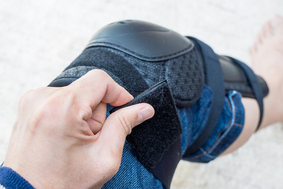 膝上の固定ベルトは二重になっている。まずは1枚目のベルクロを固定