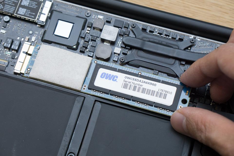 外した時と逆の手順でOWC SSD 960GBを取り付け