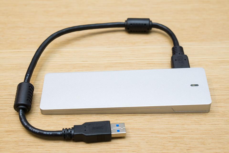 フタを締めて付属のUSBケーブルを繋げば外付けSSDの出来上がり