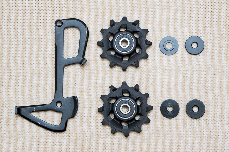 SRAM RIVAL 1 RDのプーリーとケージ。プーリーは一見同じだけど、ベアリングとワッシャーの内径が違う