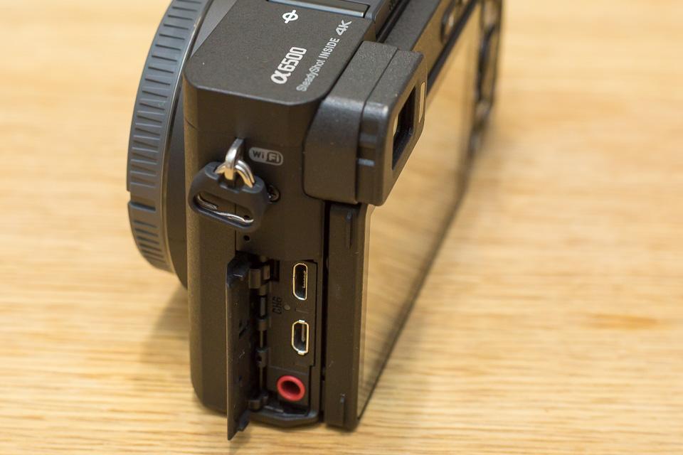 側面のフタを開けると、マイクロUSB端子、HDMIマイクロ端子、マイク端子が出てくる。マイクロUSBの下は充電ランプ
