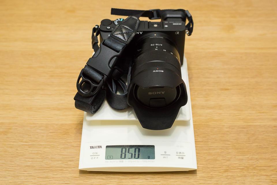 使用時を想定した重量測定。バッテリーとSDカードを入れ、ニンジャカメラストラップまで含めても850g。最高