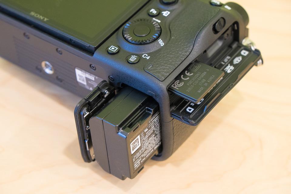 こんな感じでバッテリーとSDカードが入る