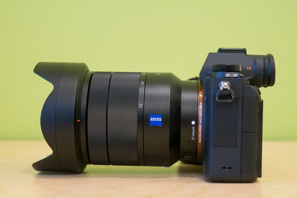 α9 + SEL2470Z。レンズフードを付けていると少し前が持ち上がるけど、持った時の重量バランスは良し