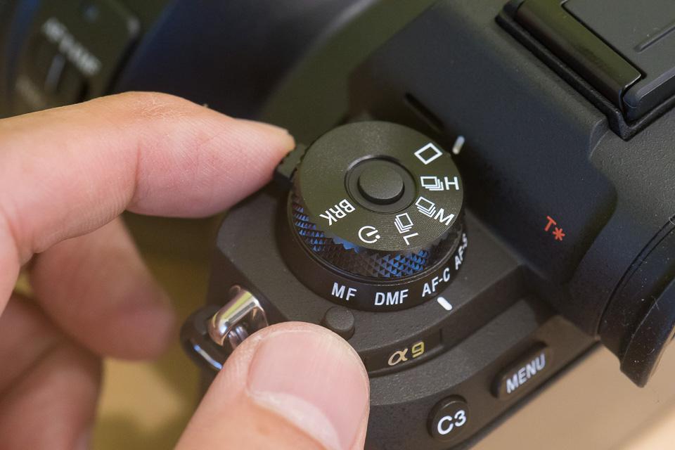 フォーカスモードは、斜め後ろにあるロックボタンを押しながら前のレバーを動かして変更する
