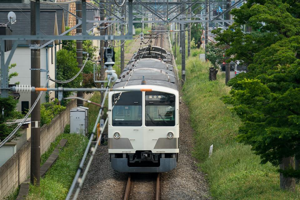 西武国分寺駅へ向かう多摩湖線車両