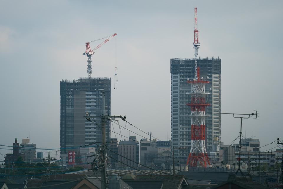 国分寺駅前に出来つつあるツインタワーを歩道橋の上から、電子水準器を使用しての撮影