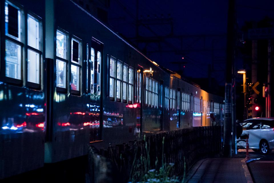 夜の西武多摩湖線、ISO25600でAF-C