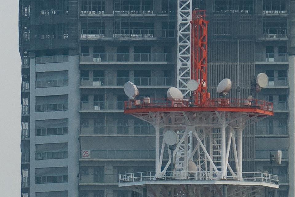 ツインタワー写真、右側のタワーの上の方のピクセル等倍切り出し