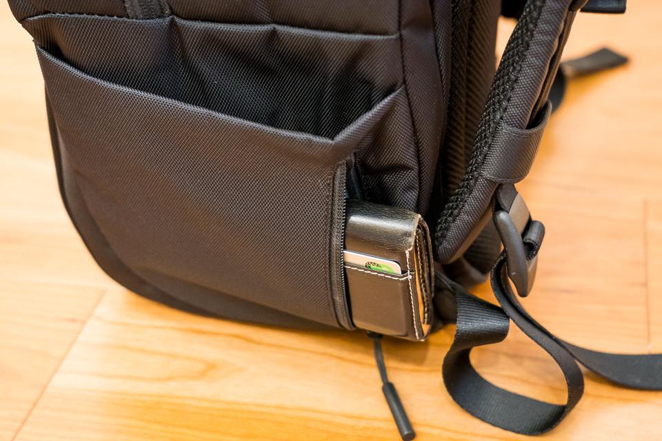 ファスナー付きポケットにはコンパクトタイプの財布くらいなら入れておける