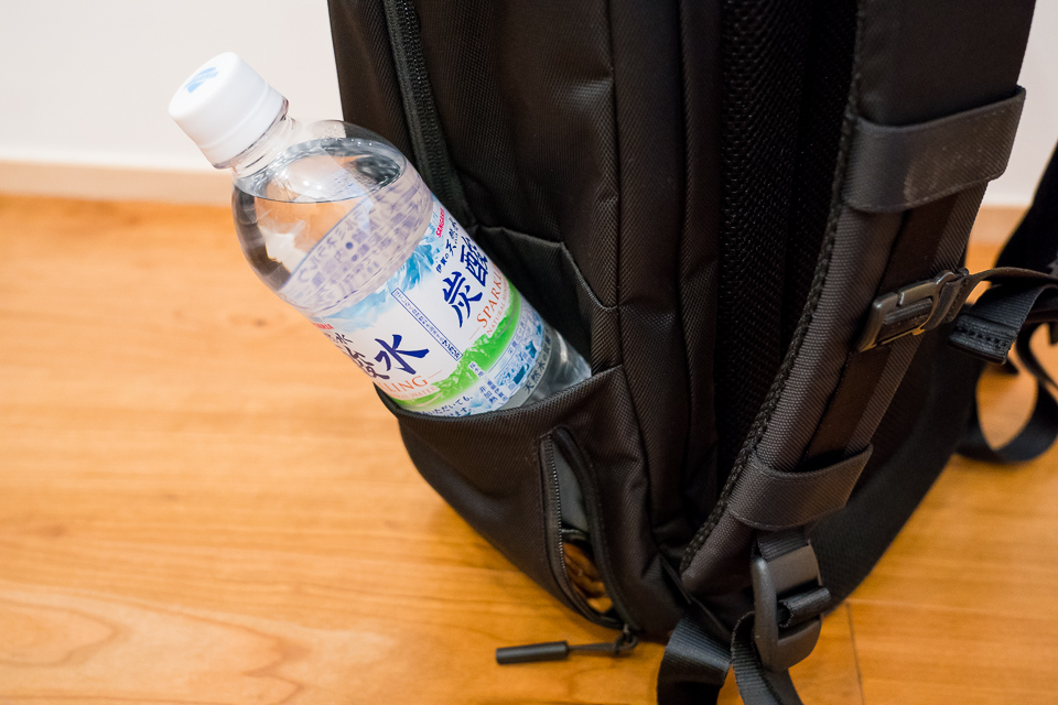 財布を入れるとペットボトルが入らなくなる。深さと広さに加え、フチに脱落防止のゴムひもが欲しいところ
