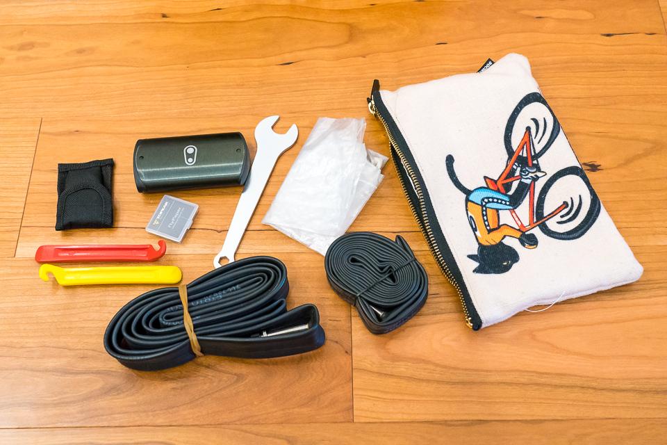 ライド時のツールポーチ。車種によって分けているとすぐ置き忘れるのでCX用とロード用のチューブは重くてもかさばっても常備している