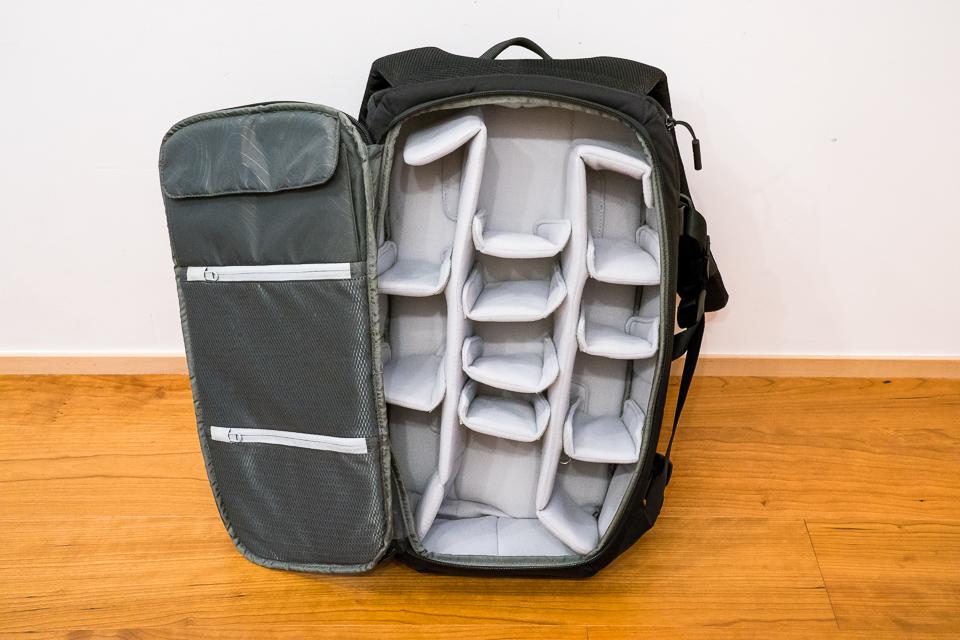 背中側のクッション部を開けるとカメラ機材用のコンパートメントへアクセス出来る