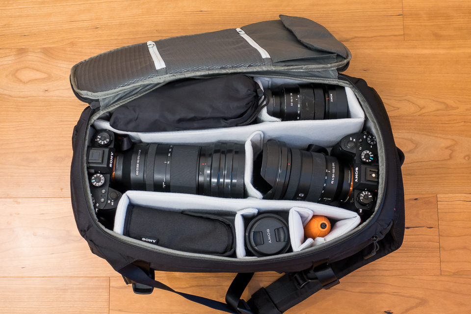 2台のα9にSEL70300GとSEL24105Gを装着し、フードも撮影体制にした状態でしっかり収まった