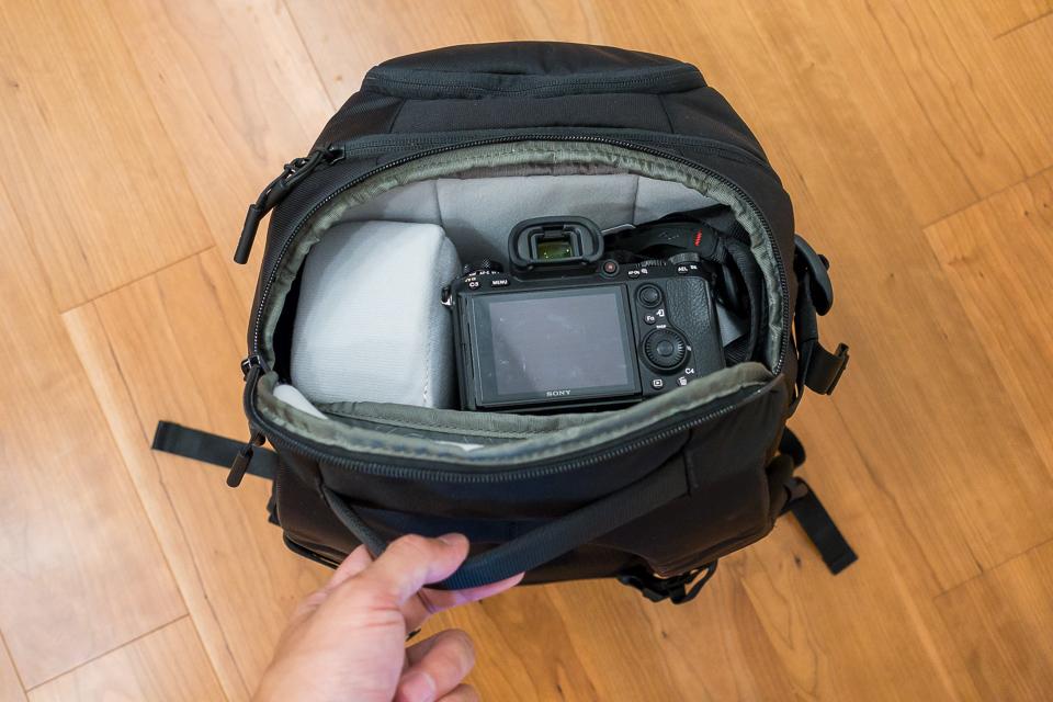 バックパック上部を開くと、上に置いたカメラやレンズに直接アクセス可能