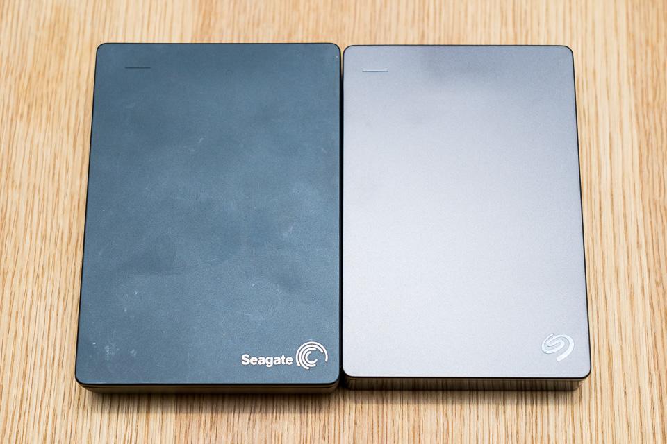 Backup Plus Fast 4TB Portable HDDとの比較。少し小さくなっているのがわかる